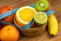 Verdure e frutta su una tavola di legno Stia il concetto a dieta Alimento sano dieta di alimento cruda Perdita di peso e dieta sa Immagine Stock Libera da Diritti