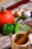 Verdure e legumi sulla tavola Ciotola per frantumare le spezie Zucca gialla, papper verde, cipolla sulla mappa autentica Fotografie Stock Libere da Diritti