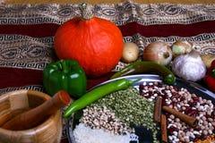 Verdure e legumi sulla tavola Ciotola per frantumare le spezie Zucca gialla, papper verde, cipolla sulla mappa autentica Immagine Stock Libera da Diritti