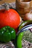 Verdure e legumi sulla tavola Ciotola per frantumare le spezie Zucca gialla, papper verde, cipolla sulla mappa autentica Fotografia Stock