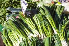 Verdure e mercato di frutta con la varie frutta e verdure fresche variopinte Fotografia Stock Libera da Diritti