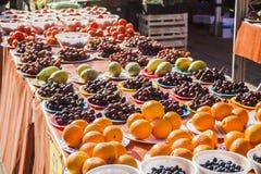 Verdure e mercato di frutta con la varie frutta e verdure fresche variopinte Immagini Stock Libere da Diritti