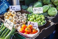 Verdure e mercato di frutta con la varie frutta e verdure fresche variopinte Fotografie Stock