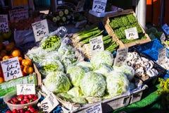 Verdure e mercato di frutta con la varie frutta e verdure fresche variopinte Immagine Stock Libera da Diritti