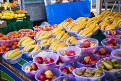 Verdure e mercato di frutta con la varie frutta e verdure fresche variopinte Immagine Stock