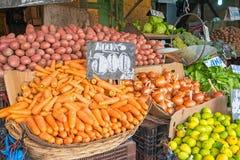 Verdure e merci nel carrello dell'insalata ad un mercato Fotografie Stock