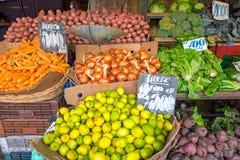 Verdure e merci nel carrello dell'insalata ad un mercato Fotografie Stock Libere da Diritti