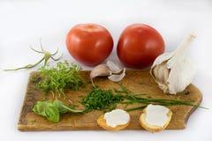 Verdure e pani tostati freschi deliziosi della molla per la prima colazione, briciolo fotografie stock