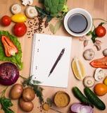 Verdure e spezie organiche fresche su un fondo e su una P di legno Fotografie Stock