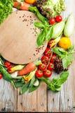 Verdure ed erbe fresche dell'azienda agricola su fondo rustico fotografia stock