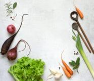 Verdure, erbe e spezie sulla tavola di cottura Immagine Stock Libera da Diritti