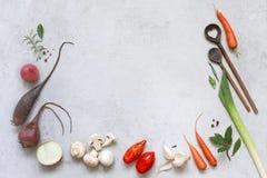 Verdure, erbe e spezie sulla tavola di cottura Fotografia Stock Libera da Diritti