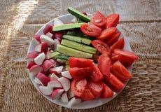 Verdure fresche del taglio sul piatto Fotografie Stock Libere da Diritti