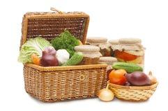 Verdure fresche e in scatola in una casella wattled Fotografia Stock