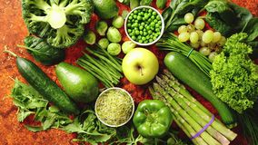 Verdure fresche ed assortimento verdi di frutti disposto su un metallo arrugginito stock footage