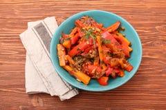 Verdure fritte, carote, peperoni, cipolle, aglio Immagine Stock Libera da Diritti