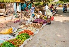 Verdure indiane di vendita dell'uomo al mercato di strada di Puttaparthi Fotografie Stock Libere da Diritti