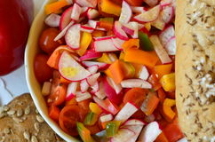 Verdure insalata e prodotti della panificazione su fondo bianco Fotografia Stock Libera da Diritti