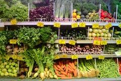Verdure locali con i prezzi nel supermercato della drogheria Fotografie Stock Libere da Diritti