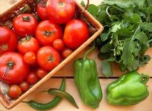 Verdure mature per insalata, i pomodori, la paprica, la rucola ed il peperoncino immagini stock libere da diritti