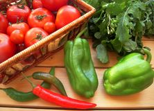 Verdure mature per insalata sulla tavola immagine stock