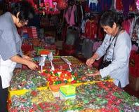 Verdure miniatura e frutta da vendere Immagini Stock