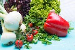 Verdure o alimento del vegano sulla tavola d'annata di legno Fotografie Stock