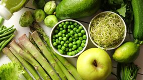 Verdure organiche antiossidanti verdi, frutta ed erbe video d archivio