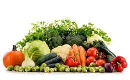 Verdure organiche crude assortite su bianco Immagini Stock