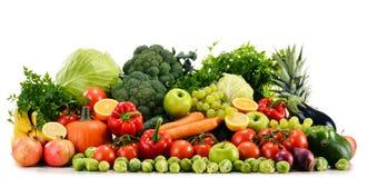 Verdure organiche crude assortite su bianco Fotografie Stock Libere da Diritti