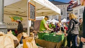 Verdure organiche delle vendite di esercenti ad un mercato Immagine Stock Libera da Diritti