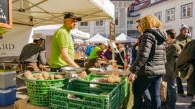 Verdure organiche delle vendite di esercenti ad un mercato Fotografia Stock Libera da Diritti