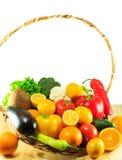 Verdure organiche e frutta in un canestro di legno Fotografia Stock Libera da Diritti