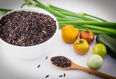 Verdure organiche fresche astratte con riso su bianco Parte posteriore dell'alimento fotografia stock