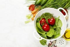 Verdure organiche fresche del giardino in colapasta Fotografia Stock Libera da Diritti