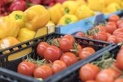 Verdure organiche fresche e frutta sullo scaffale in supermercato, mercato degli agricoltori Concetto sano dell'alimento Vitamine Immagini Stock Libere da Diritti