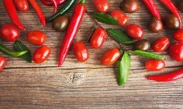 Verdure organiche su fondo di legno, ingredienti alimentari modificato Immagini Stock Libere da Diritti