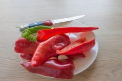 Verdure organiche sulla tavola Includa le verdure ed il pepe organici freschi sul pavimento di legno Backgro verde e rosso del pe Fotografia Stock Libera da Diritti