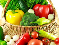 Verdure organiche in un canestro di vimini Fotografie Stock
