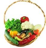 Verdure organiche in un canestro di vimini Immagini Stock
