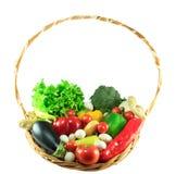 Verdure organiche in un canestro di vimini Fotografie Stock Libere da Diritti