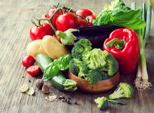 Verdure per la cottura della cena sana, ingredie vegetariano fresco Fotografia Stock