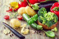 Verdure per la cottura della cena sana, ingredie vegetariano fresco Immagini Stock
