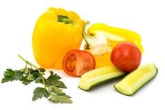 Verdure, pomodori, cetrioli, peperoni e prezzemolo isolati Immagini Stock