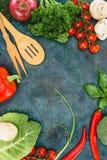Verdure sane fresche ed utensili di legno sul nero Fotografia Stock