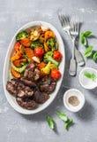Verdure stagionali al forno - patate dolci, cavolo dei broccoli, peperoni dolci, pomodori ciliegia, barbabietole, aglio, zucchini Immagine Stock