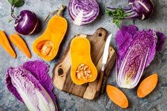 Verdure stagionali di caduta di autunno di inverno sopra la tavola di pietra grigia Vegano basato pianta o concetto di cottura ve immagine stock libera da diritti