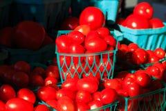 Verdure su esposizione al mercato del ` s dell'agricoltore dell'estate Immagine Stock