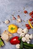 Verdure su una tabella Giallo e peperone Cetriolo fresco Cherry Tomatoes Funghi ed aglio Preparazione della cena Immagini Stock