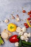 Verdure su una tavola di pietra Giallo e peperone Cetriolo fresco Cherry Tomatoes Funghi ed aglio pranzo Fotografia Stock Libera da Diritti